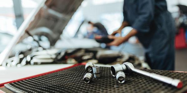 La tâche de l'entretien des véhicules avec mécanicien automobile